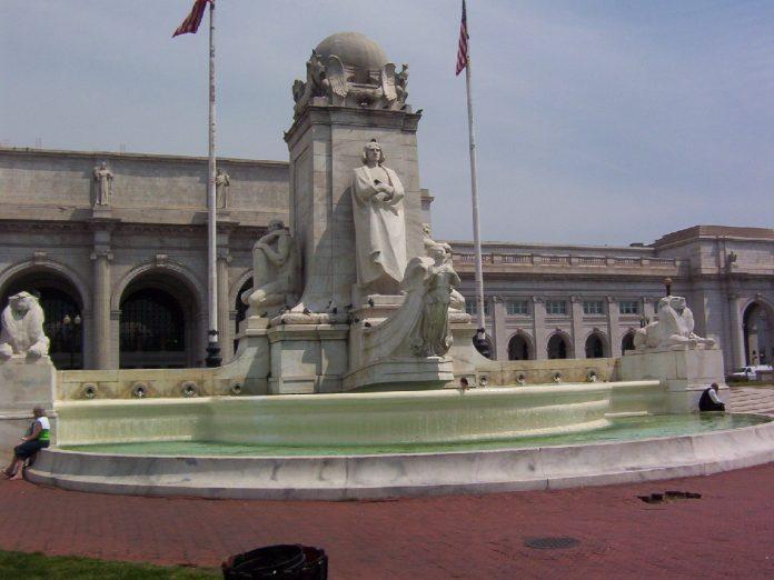 A estátua de Christopher Columbus no Columbus Circle em frente à Union Station em Washington, D.C., (foto: wikimedia)