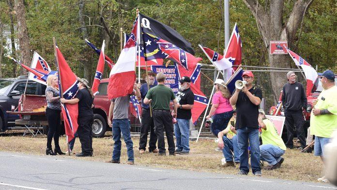 Os Proud Boys, identificados como um grupo de ódio extremista pela organização Southern Poverty Law Center (SPLC) - que mantém um registro nacional de grupos de ódio (Foto: Anthony Crider/Flickr)