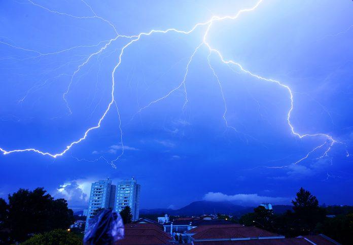 Os raios matam mais de 100 pessoas diretamente a cada ano no Brasil e muito mais indiretamente