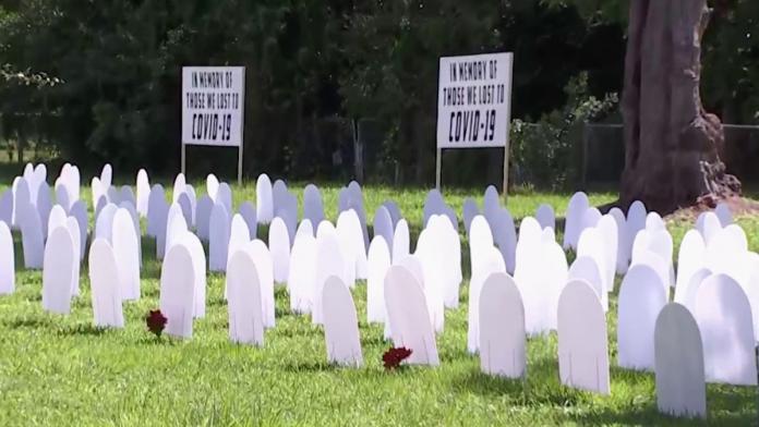 500 lápides lotaram o Liberty City Park, em Miami-Dade, nesta quarta-feira (14) (foto: tela NBC Miami)