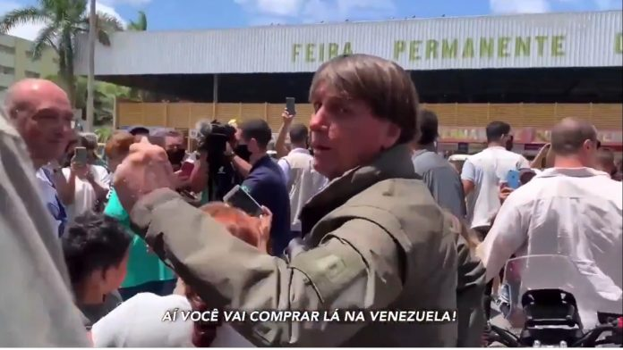 Bolsonaro em meio a apoiadores na feira permanete do Cruzeiro,DF (foto: reprodução)
