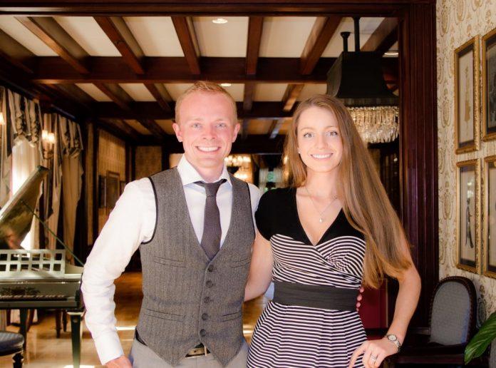 O casal Sarah e Tom Bricker, editores do blog disneytouristblog.com (foto: disneytouristblog.com)