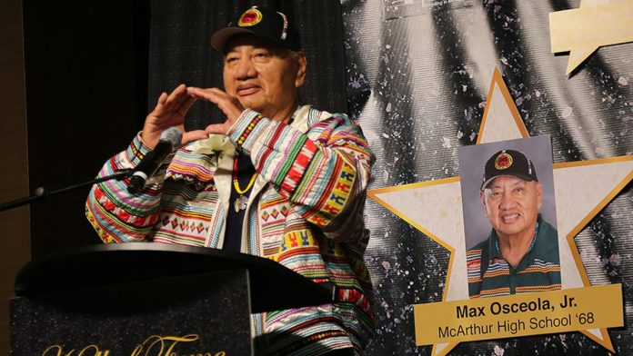 Max Osceola Jr. durante indicação para o Hall da Fama da Broward Education Foundation em 2017 (foto: grupo seminole)