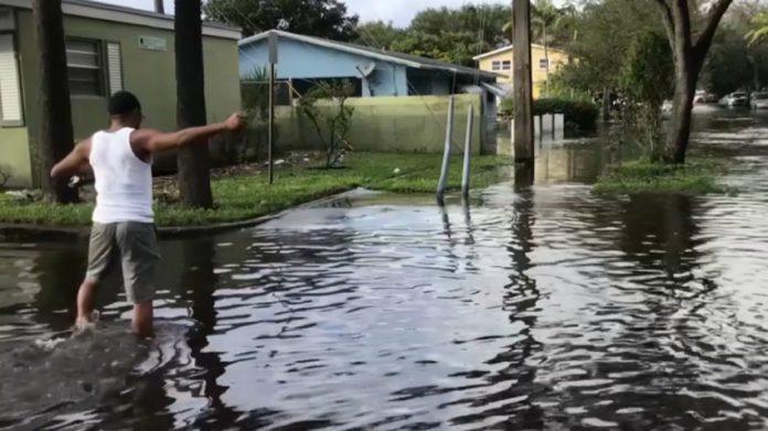 O nivel da água em alguns locais atingiu cinco pés de profundidade (foto: NBC 6 cobertura)