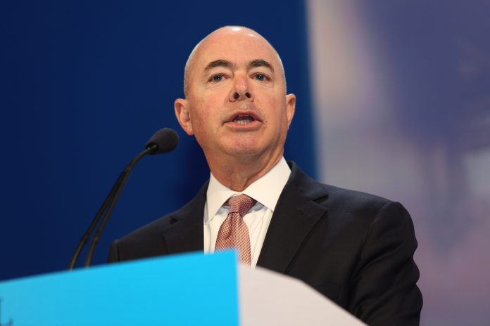 Secretário do Department of Homeland and Secuity do governo Biden, Alejandro Mayorkas (foto: wikimedia)