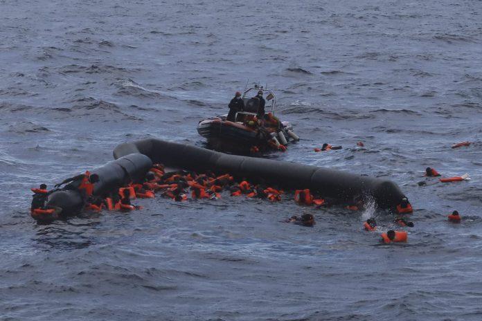Os sobreviventes resgatados foram levados para terra pela guarda costeira líbia e por pescadores (Foto: AP/Sergi Camara)