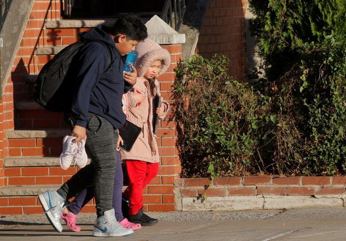 O prefeito de Nova York, Bill de Blasio, declarou na quarta-feira (18) que as aulas nas escolas públicas voltariam a ser totalmente remotas (Foto: Reuters/Brendan McDermid)