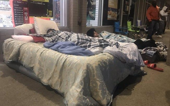 No estado da Virginia, uma consumidora levou uma cama para a frente de uma loja (foto: reprodução twitter)