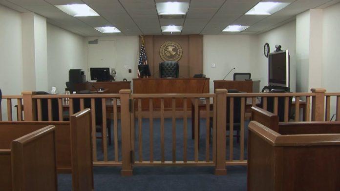 A juíza alegou que a política de prisão dentro dos tribunais viola a Lei de Procedimento Administrativo (foto: Facebook)