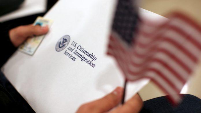 A paralegal recebia pagamentos em cheques ou money orders para dar entrada em processos imigratórios junto ao USCIS (foto: flickr)
