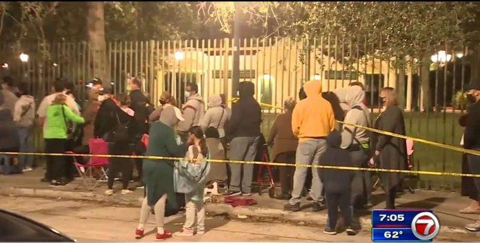 Algumas pessoas chegaram na fila por volta das 6 p.m. da noite anterior e foram dispensadas pela policia (foto: reprodução 7 News)