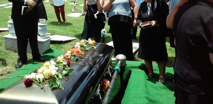 Alto custo de enterro nos EUA deixam brasileiros à mercê de ajuda da comunidade. Pouco conhecido, seguro funerário é opção viável (Foto: Rhodi Lopez/Unsplash)