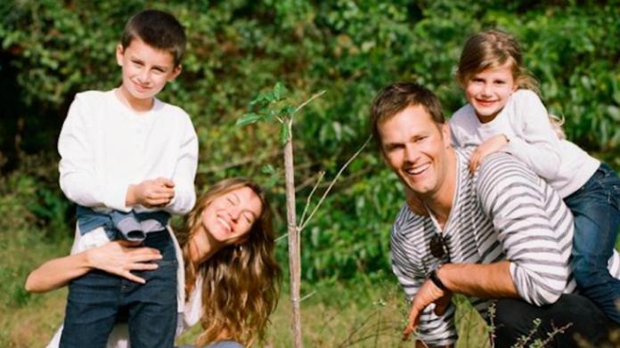 Gisele Bundchen sorri ao lado do marido Tom Brady e dos filhos Benjamin e Vivian (Foto: Reprodução/Instagram)
