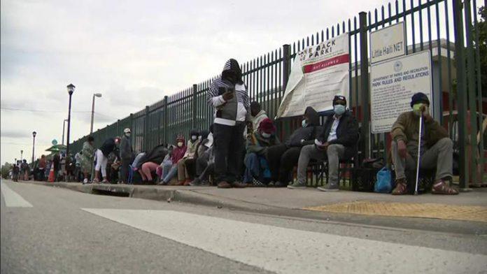 O vale-compras foi entregue às pessoas que moram dentro dos limites da cidade de Miami e que enfrentam situações de insegurança alimentar (Foto: Local10News)