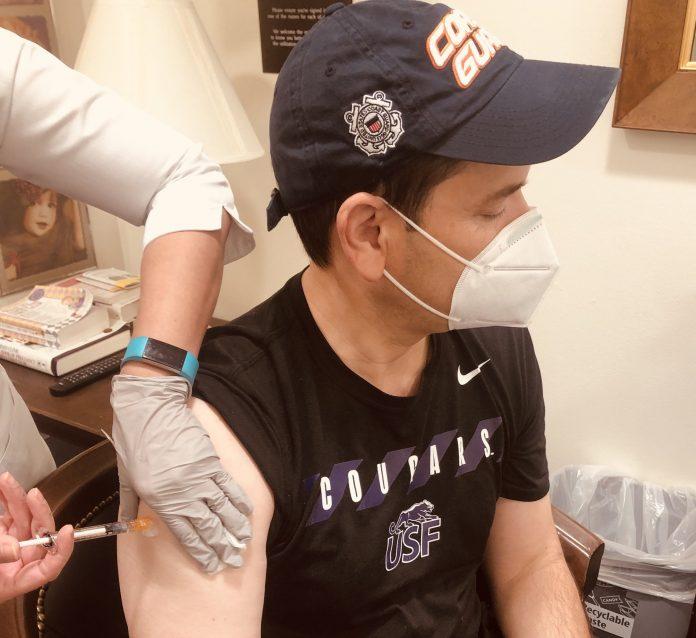 O Senador Democrata, Marco Rubio, recebeu a primeira dose da vacina da Pifizer-BioNTech (foto: Twitter)