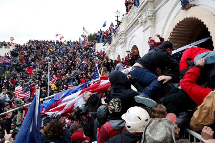 Invasão ao Capitolio durante sessão que confirmou Biden como presidente na última semana (foto: Reuters/Shannon Stapleton)