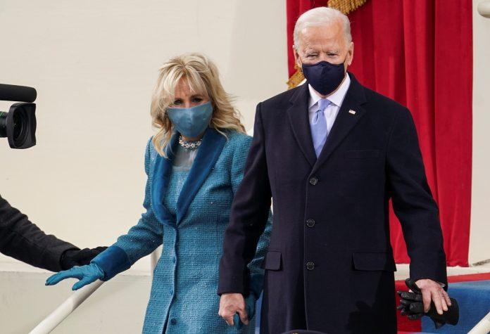 O presidente Joe Biden e a primeira-dama, Jill Biden chegam à Casa Branca (foto: Kevin Lamarque/ Reuters)