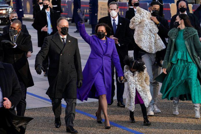 Kamala Harris e o marido Douglas Emhoff caminham pela Pennsylvania Avenue rumo à Casa Branca ( foto: Erin Scott/Reuters)