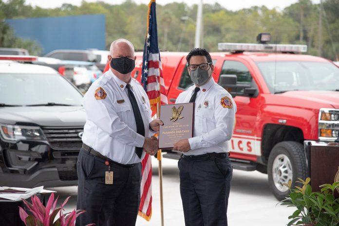 Joshua Colon, à direita, que foi preso na segunda-feira, sendo nomeado o paramédico do ano e por um grupo de organizações civis do condado de Polk. (foto: Polk County Fire Rescue)
