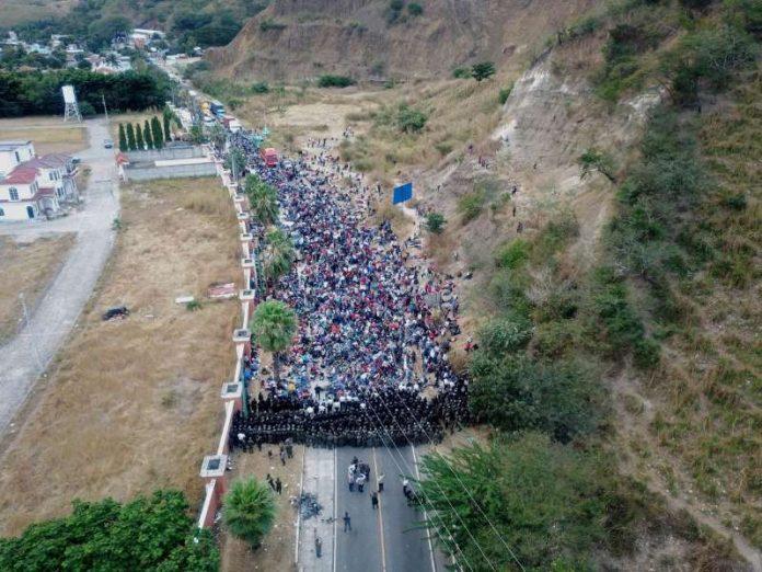 Exército da Guatemala bloqueia travessia de hondurenhos rumo aos EUA (foto: reprodução Twitter)