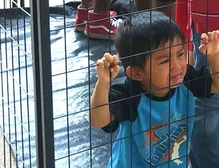 Crianças separadas dos pais eram mantidas atrás das grades (Foto: AP)
