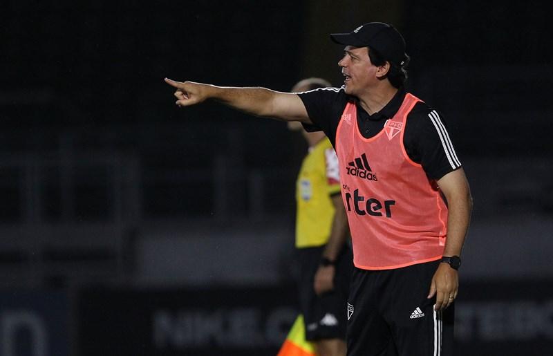 Técnico Fernando Diniz estava muito nervoso e chegou até mesmo a discutir com Tchê Tchê na derrota para o Bragantino (Foto: Rubens Chiri/saopaulofc.net)