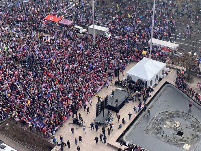 Multidão de apoiadores de Donald Trump se aglomeram em frente à Casa Branca (foto: Twitter)