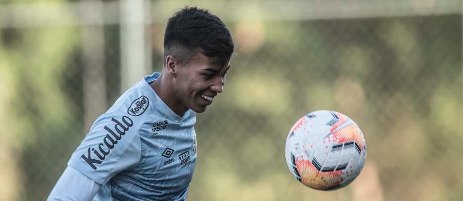 Kaio Jorge, campeão mundial sub-17, enfrentará Gabriel Verón, do Palmeiras, seu companheiro de ataque na conquista internacional (Foto: Vítor Anjos/Santos)