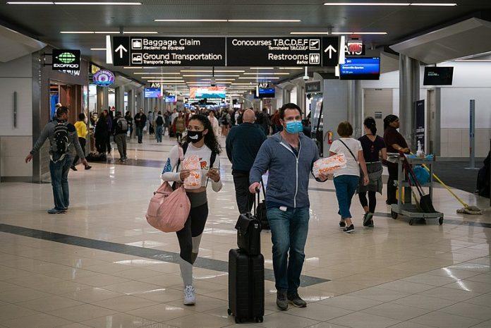 Uso de máscaras e distanciamento social continuam recomendados (foto: Wikimedia)