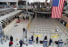 Passengeiros caminham pelo Terminal 1 do aeroporto JFK, em New York (Arquivo/ REUTERS/Shannon Stapleton)
