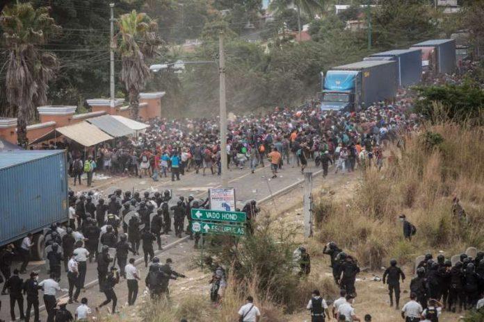 Caravana de imigrantes em Honduras entram em confronto com a polícia da Guatemala (foto: Twitter)