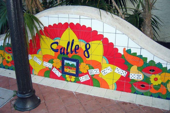 A festividade acontece há mais de 35 anos e reúne multidões na rua principal de Little Havana, Calle Ocho (Foto: viajarmiami.com)
