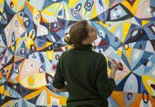 Janaína Tschäpe trabalha em um dos seus novos quadros. Artista tem reconhecimento internacional (Foto: Divulgação)