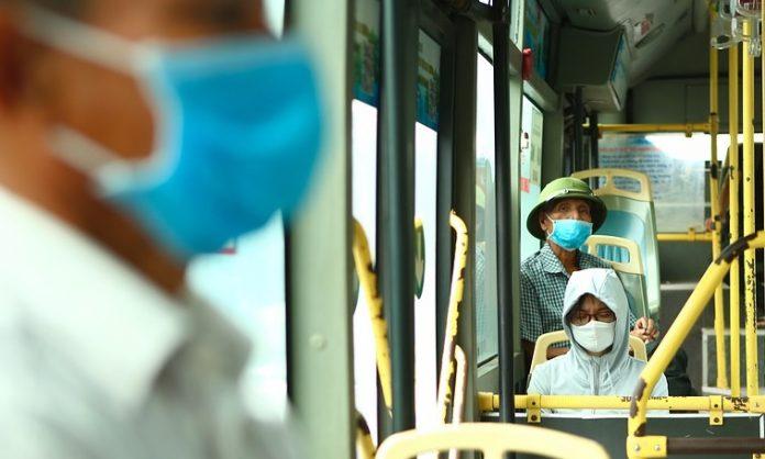 Usuários e funcionários de transportes públicos devem usar as coberturas faciais (foto: pixabay)