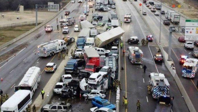 Engavetamento aconteceu na Interstate 35W em Fort Worth, próximo a Dallas (foto: NWS)