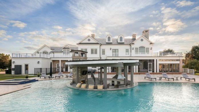 A mansão no condado Seminole que as autoridades acreditam ter sido comprada com dinheiro obtido de forma fraudulenta PPP. (foto: Corcoran Premier Realty)