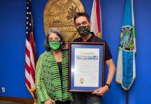 Luiz Rodrigues recebe da prefeita de Miami-Dade, Daniella Levine Cava, o diploma com a proclamação do dia 15 de março como o 'Luiz Rodrigues Day', pela sua atuação à frente da Biscayne Bay Marine Health Coalition (Foto: Facebook)
