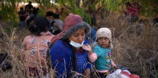 Crianças são separadas de seus pais ao entrarem nos EUA. (Foto: REUTERS/Adrees Latif)