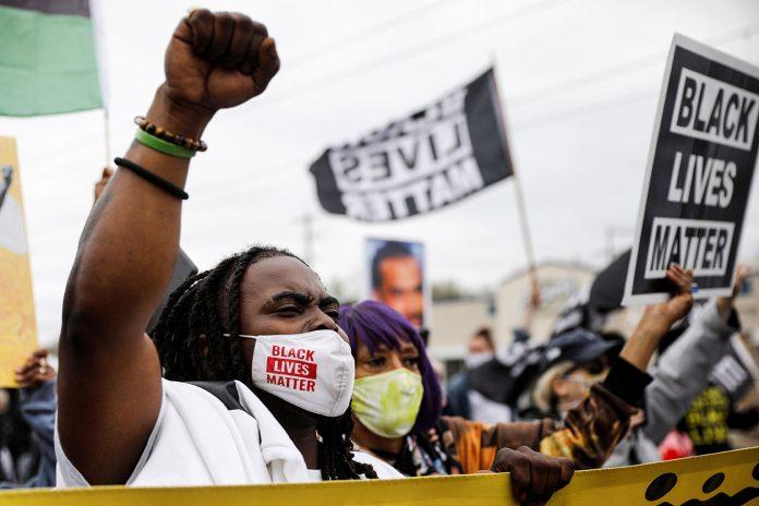 Centenas de pessoas foram às ruas de Brooklyn Center, subúrbio de Minneapolis, em Minnesota, protestar contra a morte de um homem negro (Foto: REUTERS/Nicholas Pfosi)