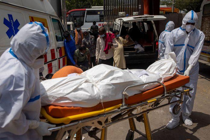Familiares carregam o corpo de uma pessoa, que morreu devido à doença do coronavírus (COVID-19), para cremação em um crematório em Nova Delhi (Foto: REUTERS/Danish Siddiqui)