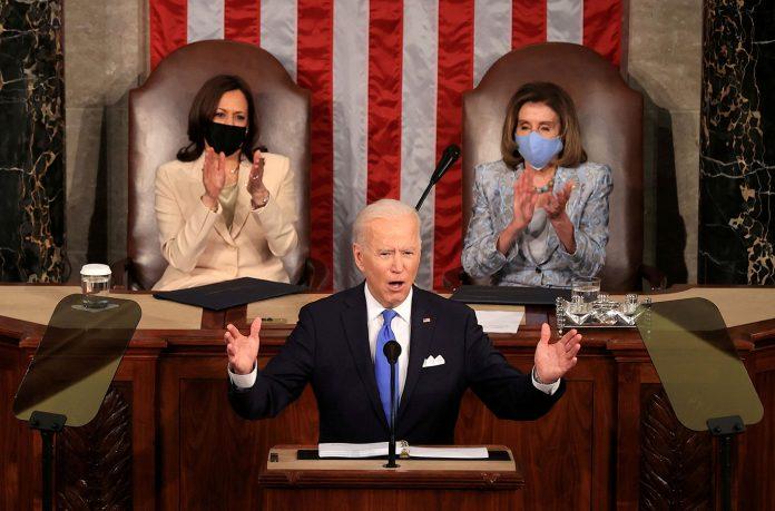O presidente dos EUA, Joe Biden, discursa em uma sessão conjunta do Congresso com a vice-presidente Kamala Harris e presidente da Câmara, Rep. Nancy Pelosi (D-CA) (Foto: Chip Somodevilla/Pool via REUTERS)
