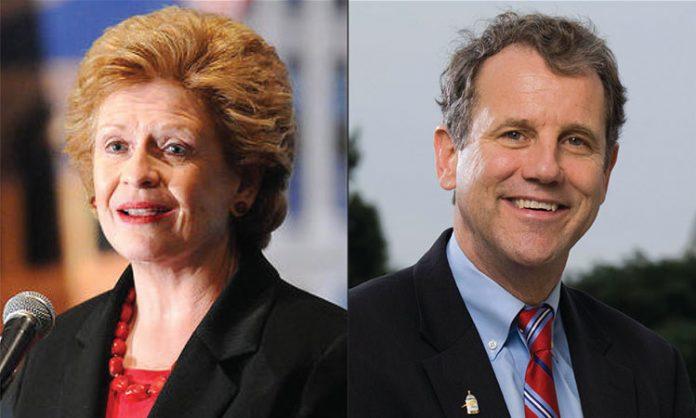 """Senadora Debbie Stabenow (D-MI) se juntou ao senador Sherrod Brown (D-OH) para aprovar o projeto de lei, apelidado de """"Lei do Medicare aos 50"""" (Foto: michiganradio.org)"""
