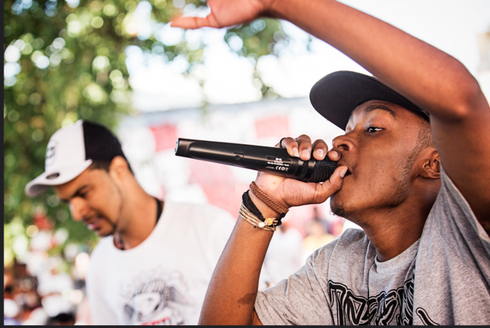 Batalha consiste no duelo entre dois MC's que farão rimas improvisadas a partir da batida tocada pelo DJ (foto: flickr)