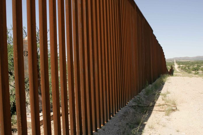 Muro na fronteira sul entre EUA-México (foto: flickr)