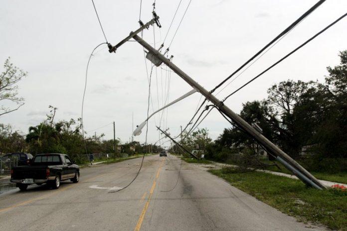 Vítima teria pisado no fio elétrico ao sair do veículo (foto:wikimedia)
