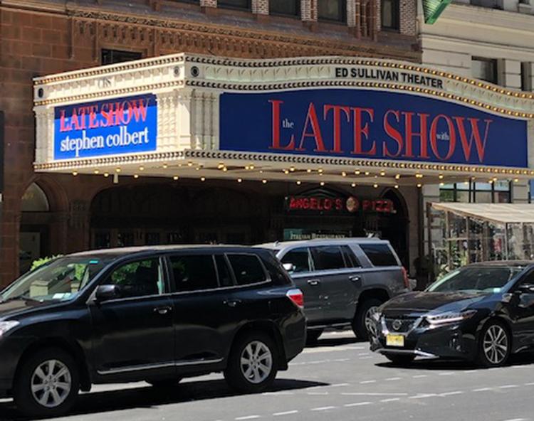 Entrada do Ed Sullivan Theater em Midtown, Manhattan, onde ocorrem as filmagens do Late Show With Stephen Colbert (Foto: Sandra Colicino)