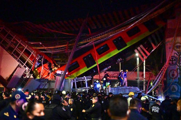 Parte do ficou pendurada na ponte de 12 metros de altura (foto: Reprodução Twitter)