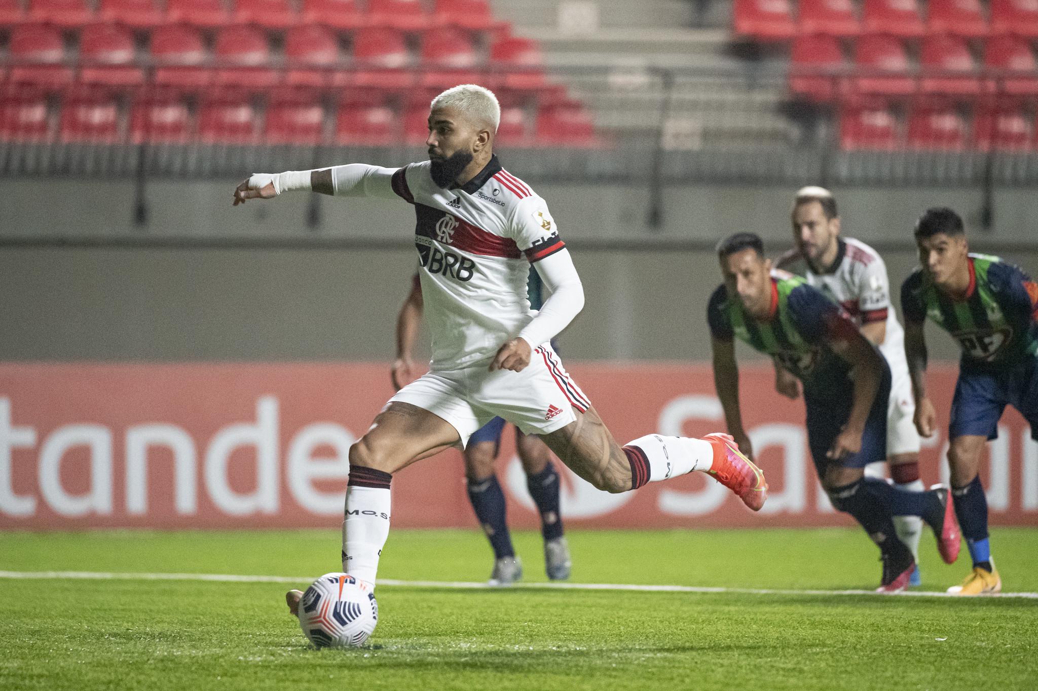 Com o pênalti convertido, Gabigol se isolou na artilharia história do Flamengo na Libertadores. O atacante agora tem 17, contra 16 de ninguém menos que Zico (Foto: Staff Images/Conmebol)