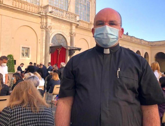 Padre João Paulo Souto Victor, de Pocinhos (PB), no Vaticano, minutos antes do encontro com o Papa Francisco, nesta quarta-feira (26) (Foto: Arquivo pessoal)