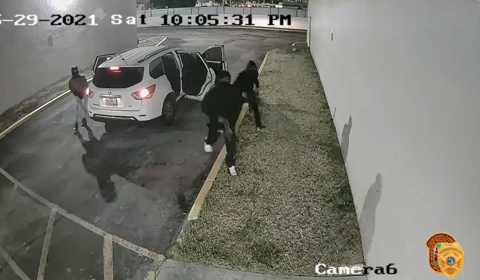 Vídeo gravado pelas câmeras de vigilância do local flagraram os suspeitos ( foto: Miami-Dade's Police Office)